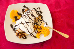Pancake con cioccolato e le pesche Fotografie Stock Libere da Diritti