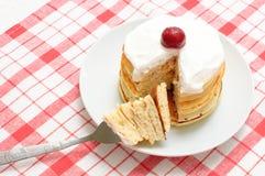 Pancake con crema e le ciliege immagini stock