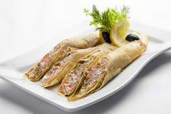 Pancake con formaggio di color salmone e cremoso su un piatto bianco fotografia stock libera da diritti