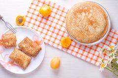 Pancake con formaggio domestico e le albicocche secche Immagini Stock Libere da Diritti