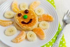 Pancake con frutta ed inceppamento per i bambini Concetto della prima colazione Immagine Stock