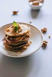 Pancake con i dadi ed il miele Immagine Stock Libera da Diritti