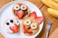 Pancake con i fronti divertenti decorati per i bambini Immagine Stock
