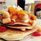 Pancake con i fruts e lo sciroppo d'acero Fotografie Stock Libere da Diritti