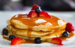 Pancake con i frutti e sciroppo sul piatto bianco Immagine Stock Libera da Diritti