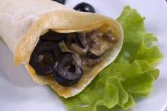 Pancake con i funghi e le olive. Fotografia Stock