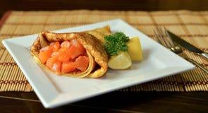 Pancake con i salmoni Fotografie Stock Libere da Diritti