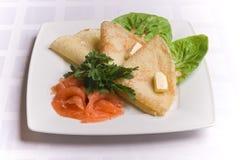 Pancake con i salmoni salati sulla zolla bianca Immagini Stock Libere da Diritti