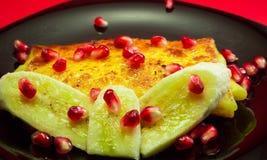 Pancake con i semi del melograno e della banana Immagini Stock Libere da Diritti