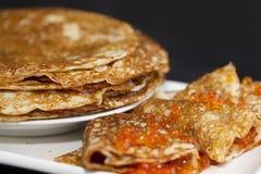 Pancake con il caviale rosso Immagini Stock Libere da Diritti