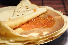 Pancake con il caviale rosso Immagini Stock