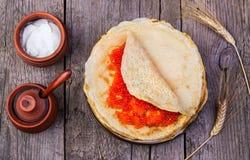 Pancake con il caviale rosso Fotografie Stock