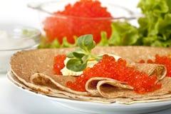 Pancake con il caviale rosso fotografia stock