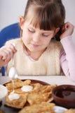 Pancake con il caviale rosso a casa Fotografia Stock