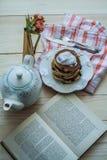 Pancake con il gelato e l'inceppamento del mirtillo Fotografie Stock