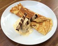 Pancake con il gelato ed il wafer Rolls Fotografia Stock