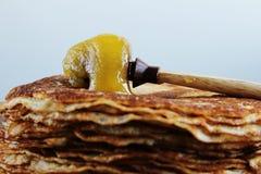 Pancake con il honney sulla tavola di legno fotografia stock