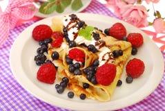 Pancake con il mirtillo ed il lampone Fotografie Stock