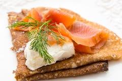 Pancake con il salmone salato ed il formaggio bianco Fotografie Stock