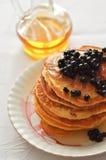 Pancake con il sirop ed i mirtilli dell'acero Immagini Stock Libere da Diritti