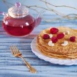 Pancake con il tè del lampone Immagine Stock Libera da Diritti