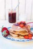 Pancake con l'inceppamento di fragole Immagine Stock Libera da Diritti
