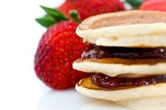 Pancake con l'ostruzione di fragola immagini stock