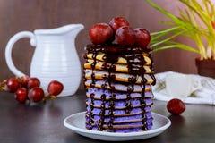 Pancake con l'uva e gli ingredienti sui precedenti di legno immagini stock libere da diritti