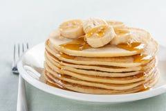Pancake con la banana e lo sciroppo Fotografie Stock