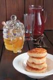 Pancake con la composta di frutta e del miele Immagine Stock