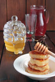 Pancake con la composta di frutta e del miele Immagine Stock Libera da Diritti