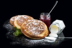 Pancake con la cottura del lampone e della panna acida fotografie stock libere da diritti
