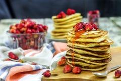 Pancake con la fragola e l'inceppamento freschi su fondo di legno bianco fotografia stock libera da diritti