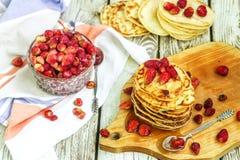 Pancake con la fragola e l'inceppamento freschi sulla tavola di legno bianca immagini stock libere da diritti