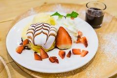 Pancake con la fragola ed il gelato alla vaniglia con cioccolato a Immagini Stock Libere da Diritti