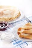Pancake con la marmellata di amarene Immagini Stock