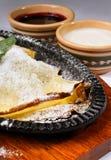 Pancake con la marmellata di amarene e della crema acida Immagini Stock