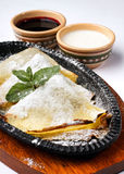 Pancake con la marmellata di amarene e della crema acida Fotografia Stock