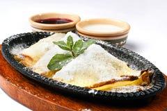 Pancake con la marmellata di amarene e della crema acida Fotografia Stock Libera da Diritti