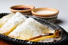 Pancake con la marmellata di amarene e della crema acida Immagine Stock