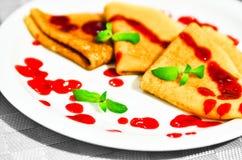 Pancake con la menta e lo zucchero della decorazione della guarnizione del mirtillo rosso Fotografie Stock