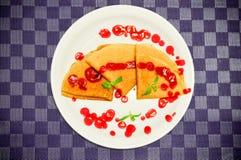 Pancake con la menta e lo zucchero della decorazione della guarnizione del mirtillo rosso Immagine Stock