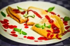 Pancake con la menta e lo zucchero della decorazione della guarnizione del mirtillo rosso Fotografia Stock Libera da Diritti
