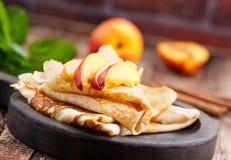 Pancake con la pesca immagine stock