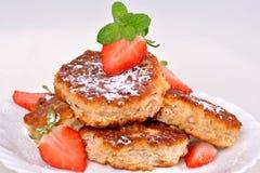 Pancake con la ricotta con le fragole Fotografia Stock