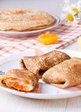 Pancake con la ricotta e le albicocche secche Immagine Stock