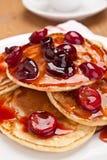 Pancake con la salsa della ciliegia Fotografie Stock Libere da Diritti