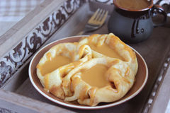 Pancake con la salsa ed il caffè del caramello su un vassoio Fotografia Stock