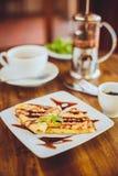 Pancake con la salsa ed il tè verde di cioccolato Fotografia Stock Libera da Diritti