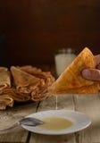 Pancake con latte condensato dolce sulla tavola Fotografia Stock